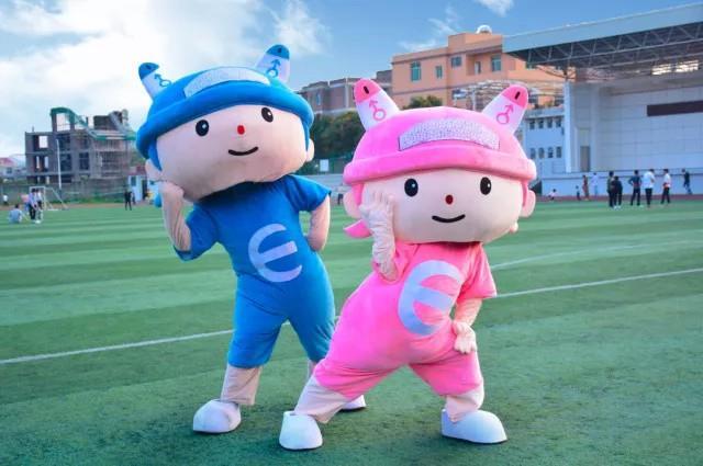 这一蓝一粉两个系宝可是我们系里最可爱的标志了,不过这粉色的系宝是